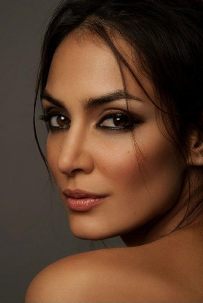 astuce-maquillage-facile-yeux-marrons-ligne-noir