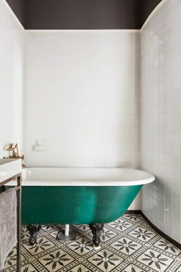 baignoire-bleu-ciel-carrelage-blanc-noir-mur-blanc-salle-de-bain-couleur-turqoise-bleu-ciel