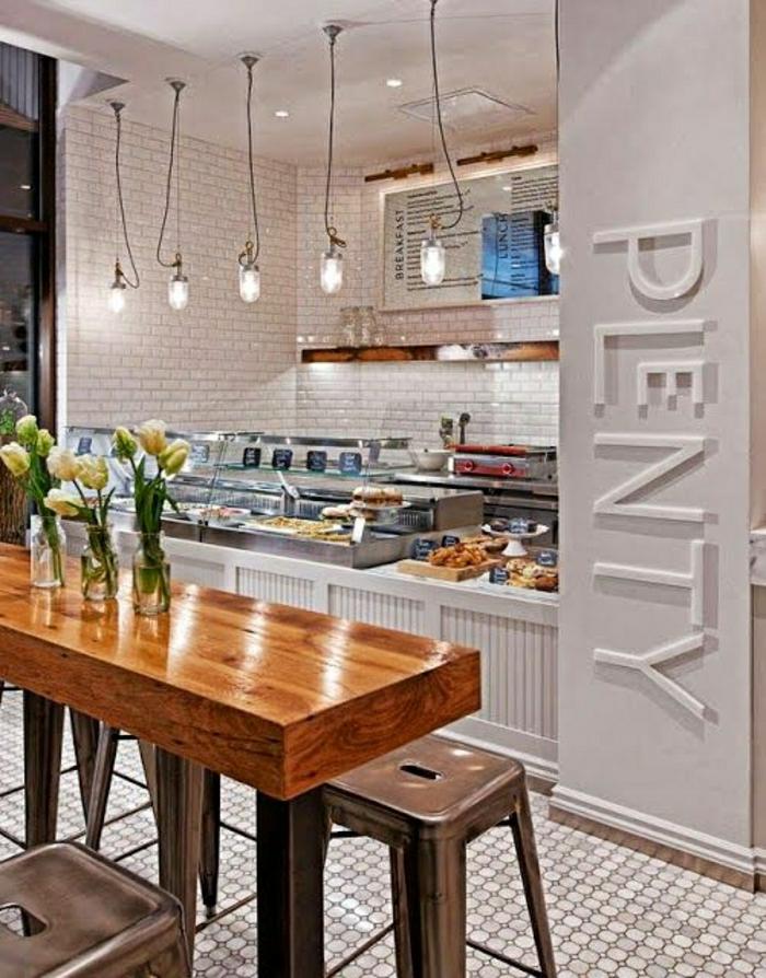 bar-de-cuisine-en-bois-chaise-haute-en-fer-carrelage-beige-lumière