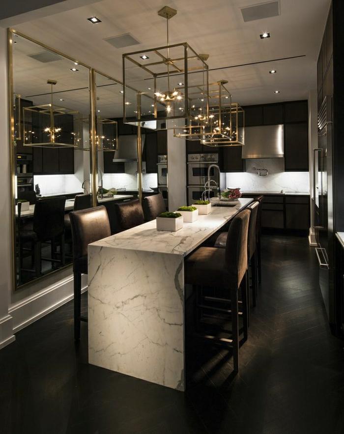 bar-de-cuisine-haute-en-marbre-blanc-cuisine-sol-en-parquet-chaise-haute-marron