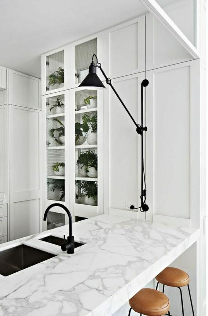 bar-de-cuisine-haute-en-marbre-blanc-meubles-blancs-aménagement-blanc-vasque-noir