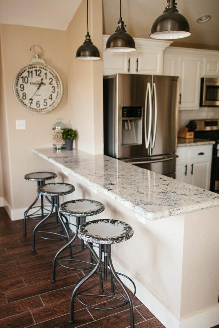 bar-en-marbre-blanc-chaises-hautes-de-bar-meuble-bar-cuisine-horloge-murale