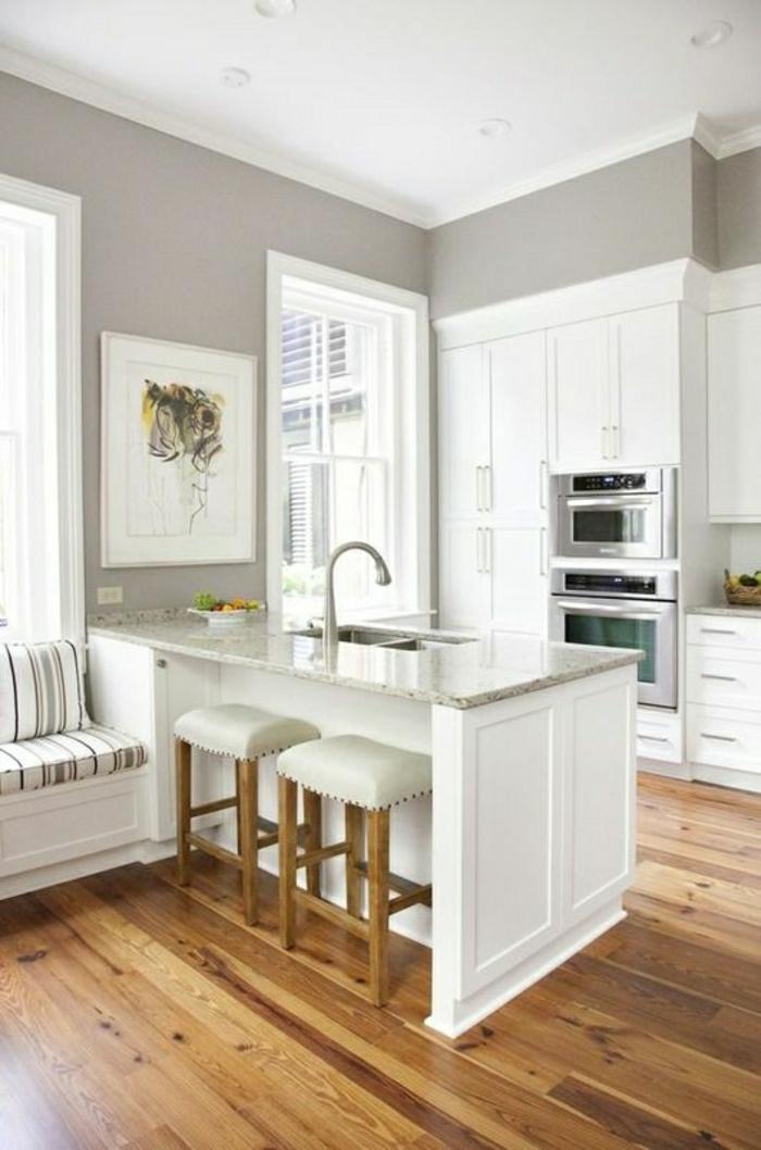 bar-en-marbre-cuisine-moderne-blanche-sol-en-parquet-murs-gris-plafond-blanc-canapé