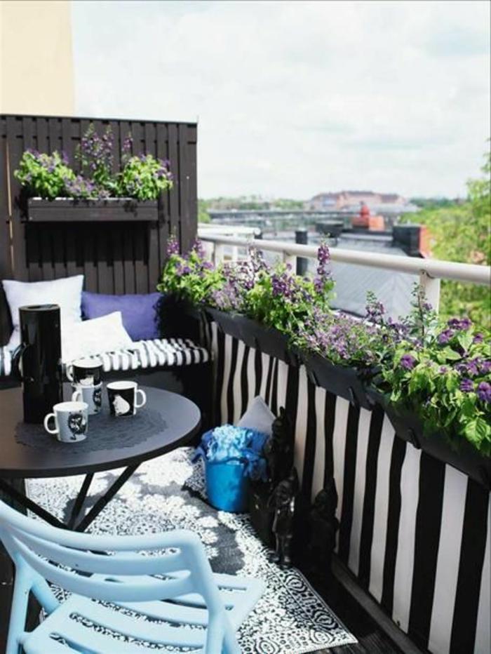 belle-vue-terrasse-en-bois-noir-fleurs-violet-terrasse-en-bois-noir-deco-terrasse