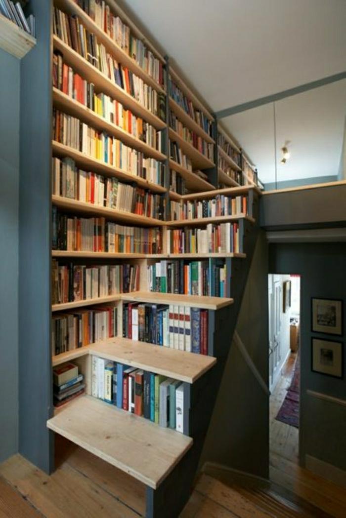 bibliothèque-sous-escalier-en-bois-bleu-foncé-aménagement-sous-escalier