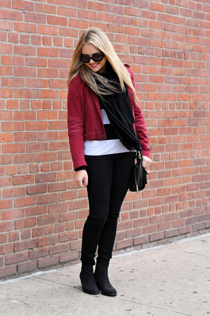 blonde-femme-marche-sur-la-rue-pantalon-noir-veste-en-daim-rouge-lunettes-de-soleil