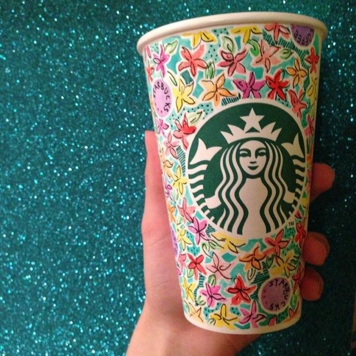 boisson-energisante-dans-le-gobelet-starbucks-fleurs-coloré
