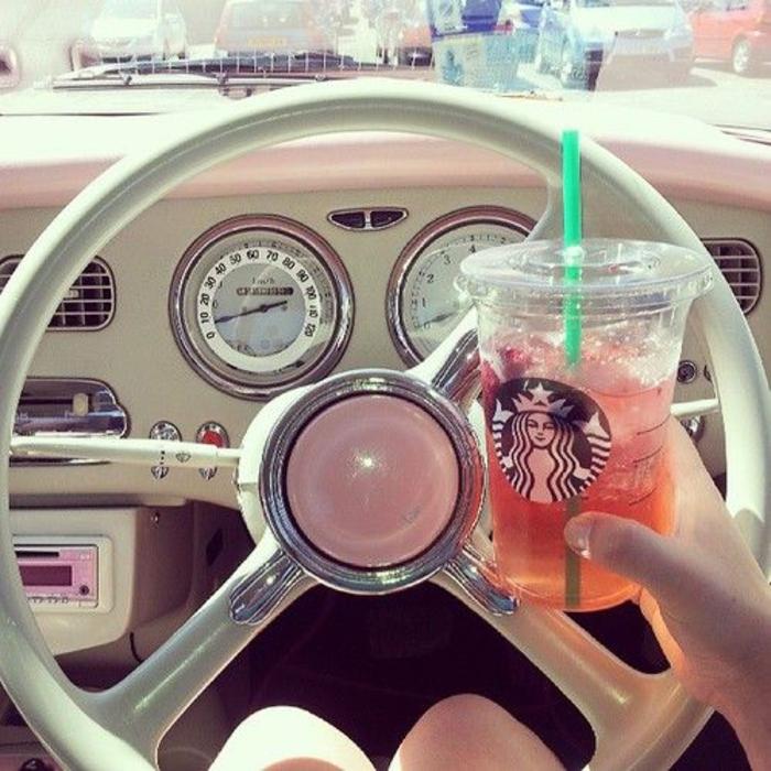 boisson-energisante-dans-le-gobelet-starbucks-rose-voiture