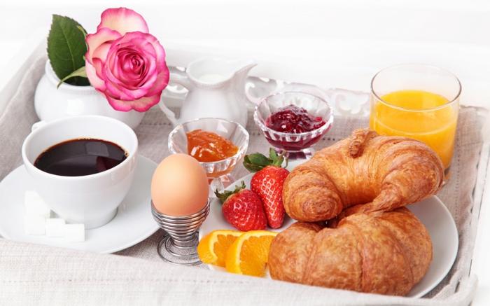bon-petit-déjeuner-régime-croissamt-fraises