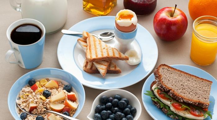 bon-petit-déjeuner-régime-sandwich-muesli-oeuf-café