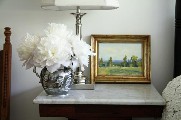 bouquet-de-pivoine-idées-décoration-table-de-chevet-blanches-fleurs