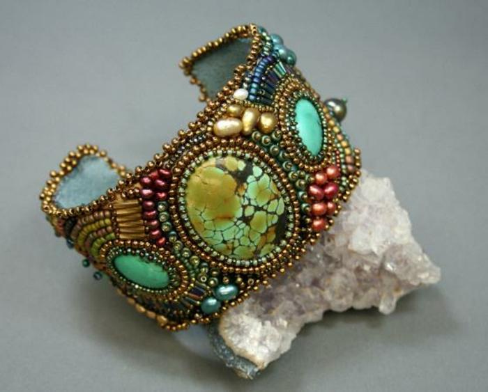 bracelet-manchette-perles-et-pierres-colorées