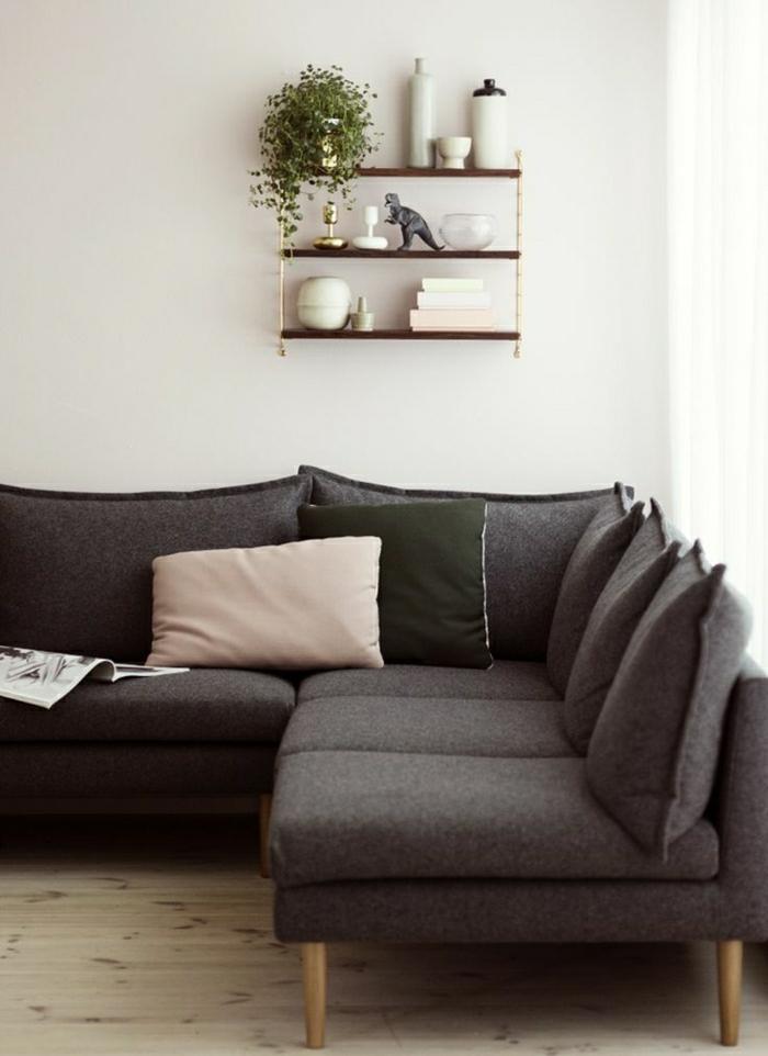 canapé-taupe-salon-taupe-déco-aménagement-de-salon-mur-blanc-plante-verte-etagere-murale