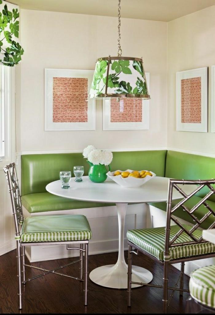 canapé-vert-table-tulipe-plastique-blanche-lustre-salle-de-séjour-moderne-chaises-a-rayures