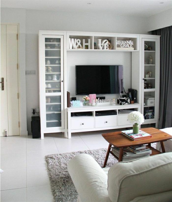 wohnzimmer ikea hemnes:carrelage-beige-clair-meuble-télé-en-bois-blanc-canapé-beige-clair