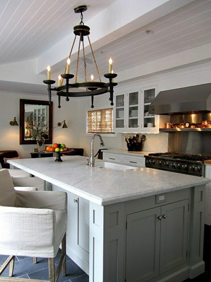 chaise-bar-beige-en-tissu-beige-lustre-baroque-bar-de-cuisine-en-marbre