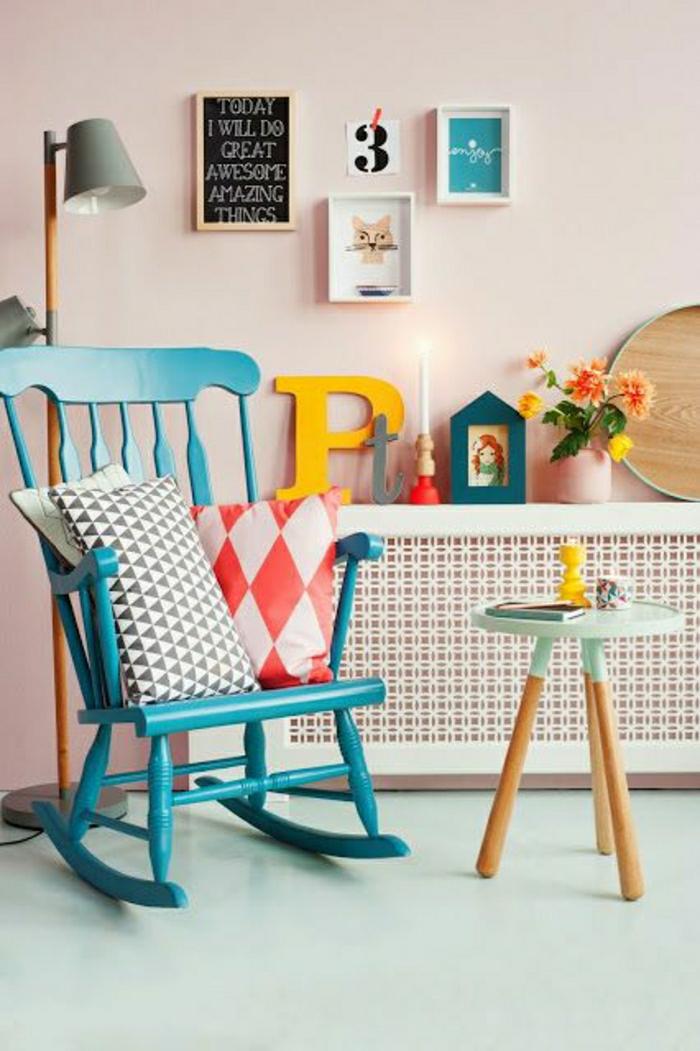 chaise-berçante-en-bois-bleu-coussins-décoratifs-sol-en-lin-bleu-clair-mur-rose