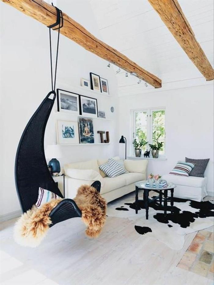 chaise-berçante-noire-sol-en-parquet-beige-canapé-beige-en-cir-peintures-murales