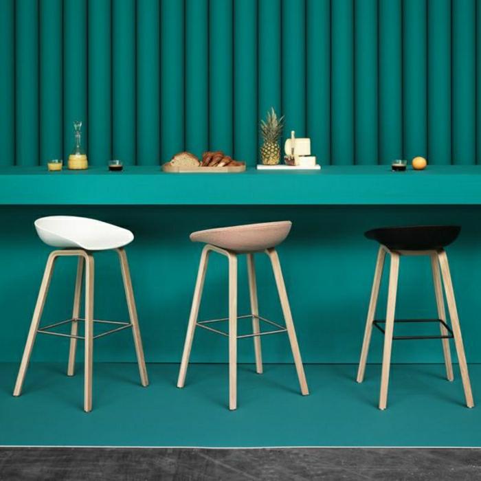 chaise-de-bar-plastique-bar-bleu-idée-moderne-bar-en-bois-chaise-haute