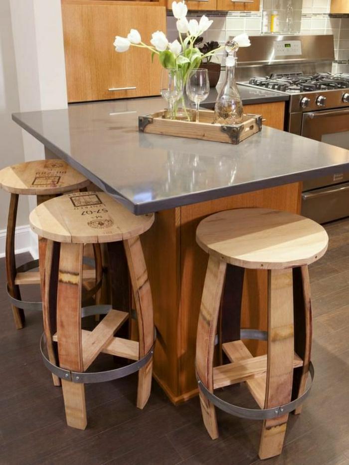 chaise-en-bois-haute-bar-fleurs-cuisine-moderne-sol-en-parquet-marron-foncé-chaises