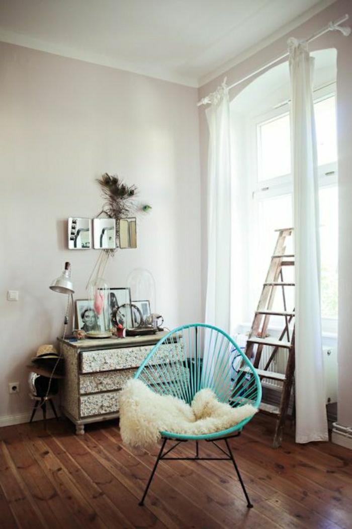 chaise-en-fer-turqoise-mur-beige-sol-en-parquet-foncé-décoration-murale