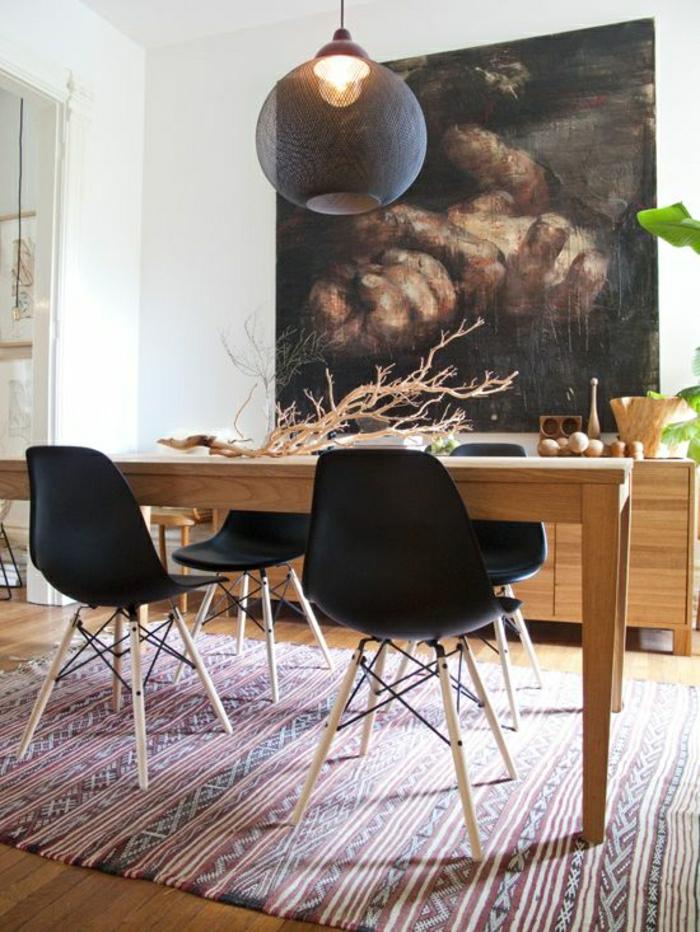 chaise-en-plastique-noir-tapis-coloré-sol-en-parquet-table-en-bois