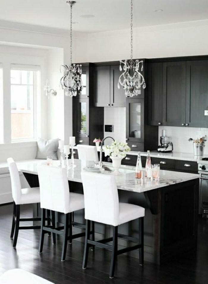 chaise-haute-blanche-de-bar-de-cuisine-en-marbre-blanc-sol-en-lin-noir-lustre-baroque