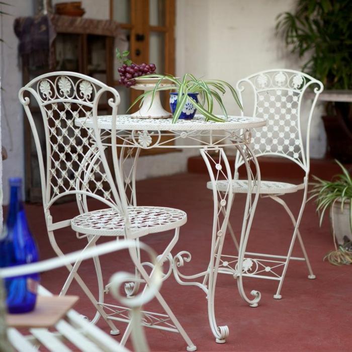 chaises-bistrot-adorables-avec-une-table