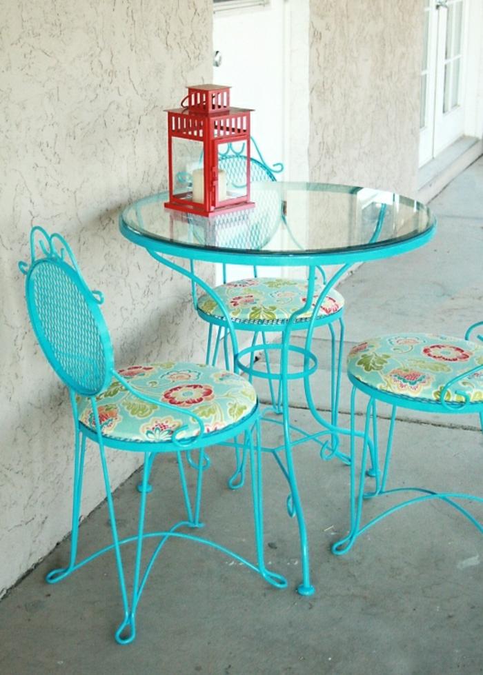 chaises-bistrot-bleues-et-très-fines