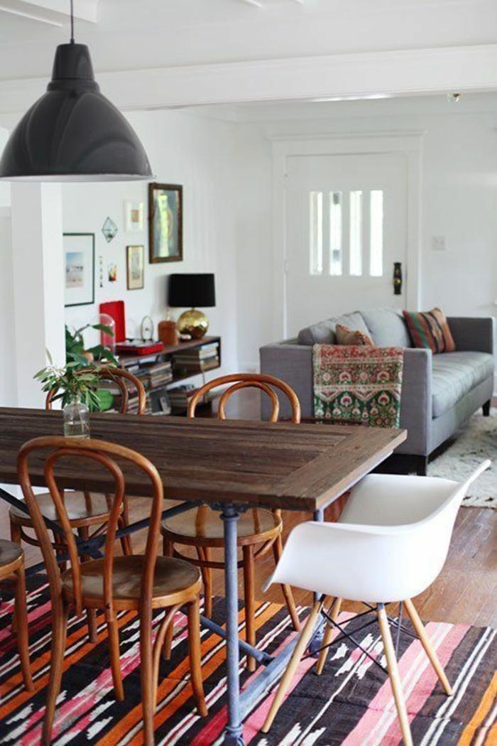 chaises-bistrot-carpmette-et-sofa-gris
