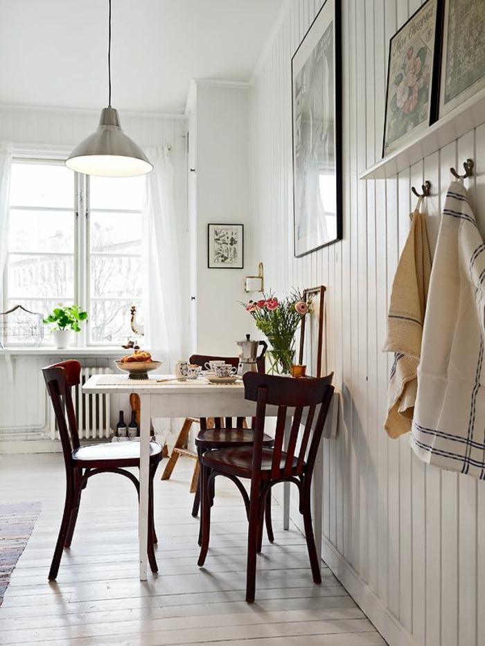 chaises-bistrot-en-bois-fonçé