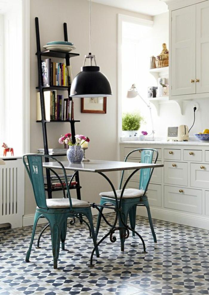 chaises-bistrot-en-fer-peintes-vertes