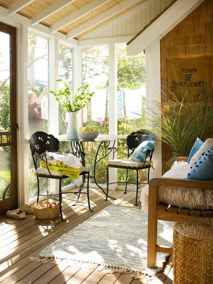 chaises-bistrot-et-salle-ensoleillée