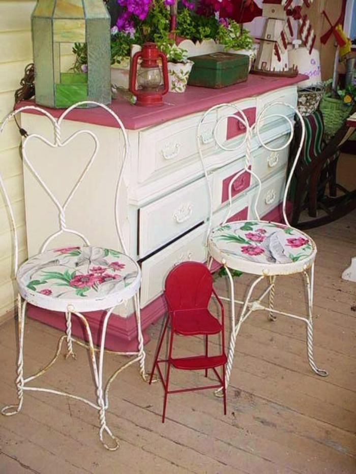 chaises-bistrot-féminines-commode-colorée