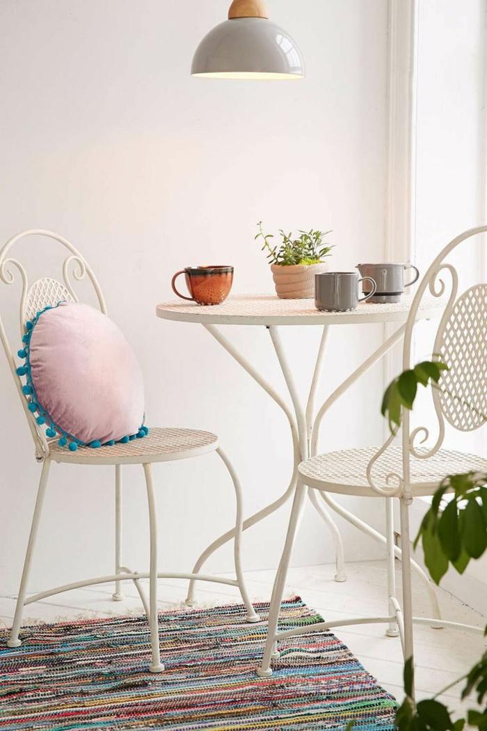 chaises-bistrot-intérieur-blanc