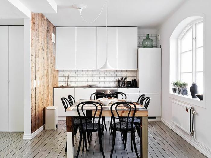 chaises-bistrot-noires-dans-la-cuisine