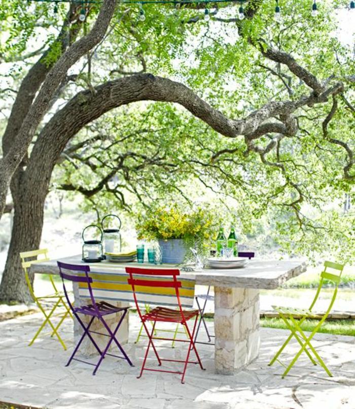 chaises-bistrot-pliantes-et-table-massive