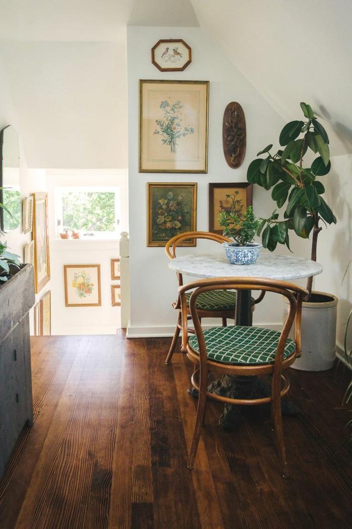 chaises-bistrot-rondes-plancher-en-bois