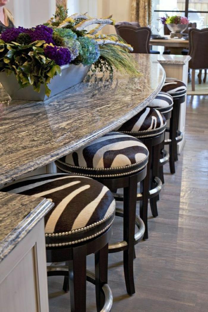 chaises-de-bar-hautes-de-style-élégant-bar-de-cuisine-fleurs