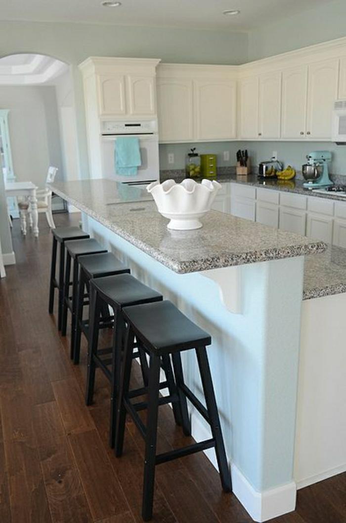 chaises-de-bar-hautes-en-bois-foncé-bar-de-cuisine-moderne-sol-enparquet-foncé