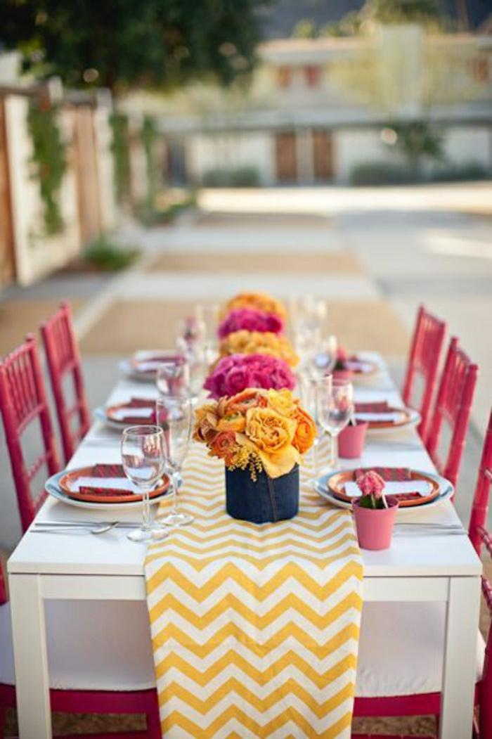 chaises-de-table-en-fer-rouge-table-en-bois-chemin-de-table-jaune-blanc-fleurs