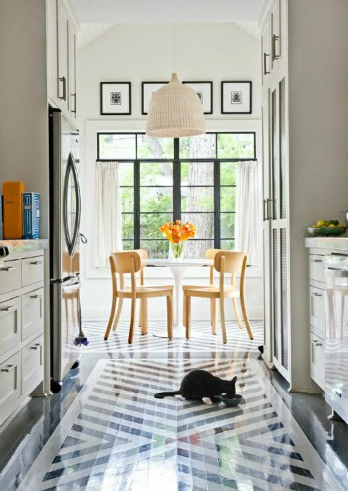 chaises-en-bois-table-de-cuisine-lustre-blanc-fenetre-mur-blanc-avec-peintures