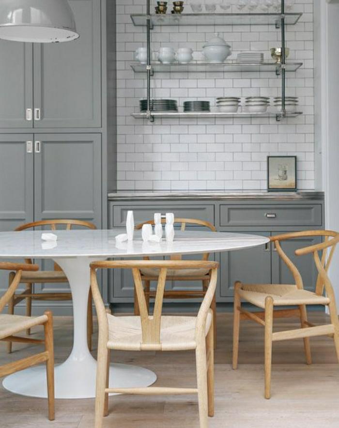 chaises-en-bois-table-tulipe-blanche-en-plastique-meubles-gris-carrelage-blanc-mural