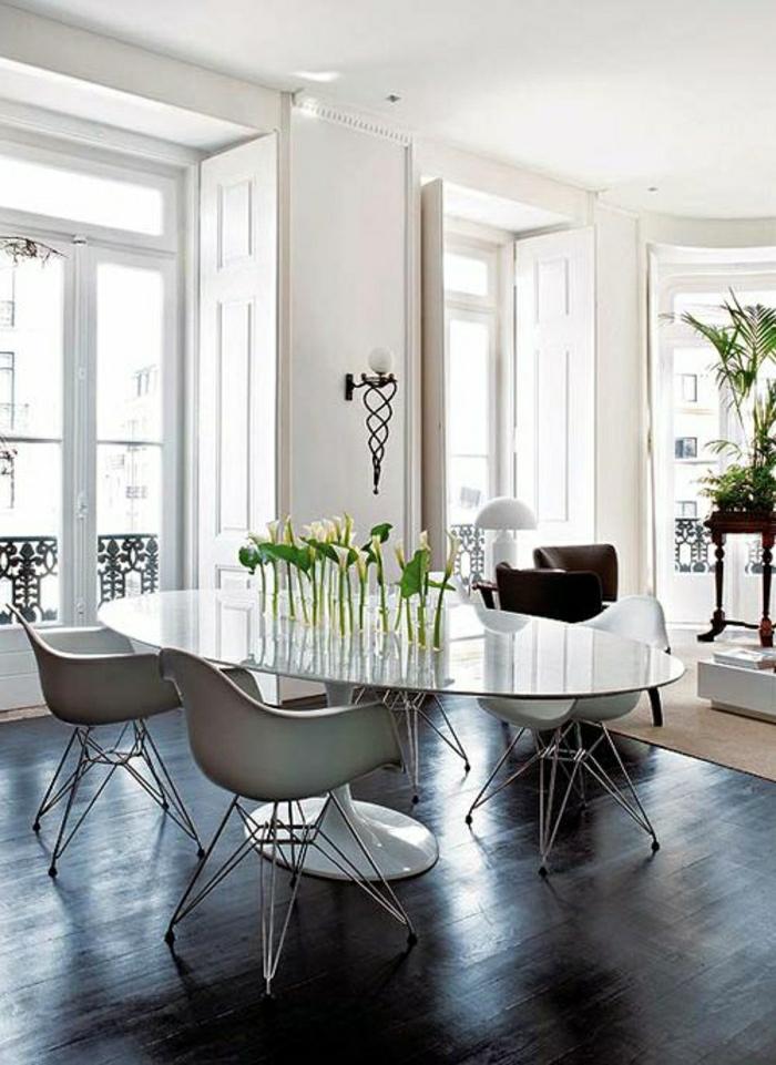 chaises-plastiques-blanches-sol-en-bois-noir-fenetres-grandes-lumière-chambre-lumineuse
