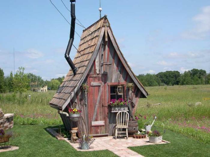 Le chalet de jardin qui va vous charmer for Petite maison de jardin en bois