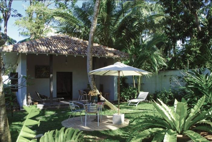 chalet-de-jardin-en-bois-tropique-cour-chaise-longue