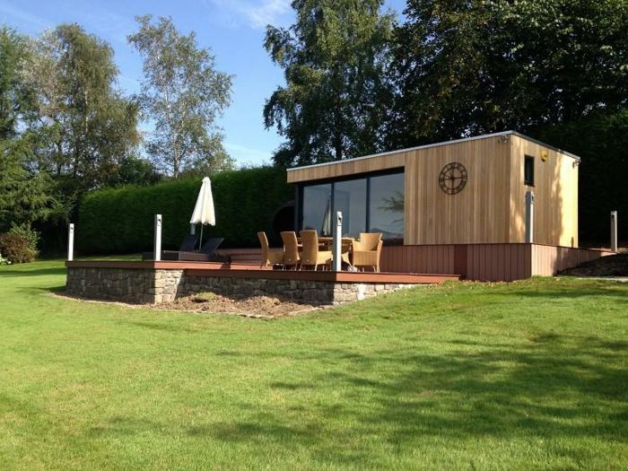 chalet-et-jardin-extérieur-maison-moderne-cubique-en-bois