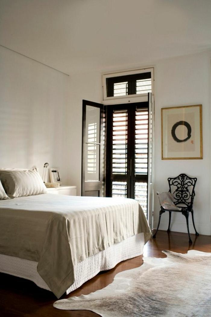 chambre-a-coucher-avec-un-tapis-en-peau-de-vache-blanc-linge-de-lit-beige-déco