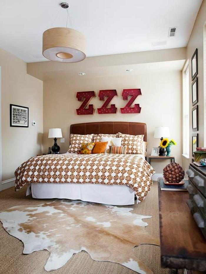 chambre-a-coucher-avec-un-tapis-en-peau-de-vache-blanc-marron-linge-de-lit-coloré-déco-mural