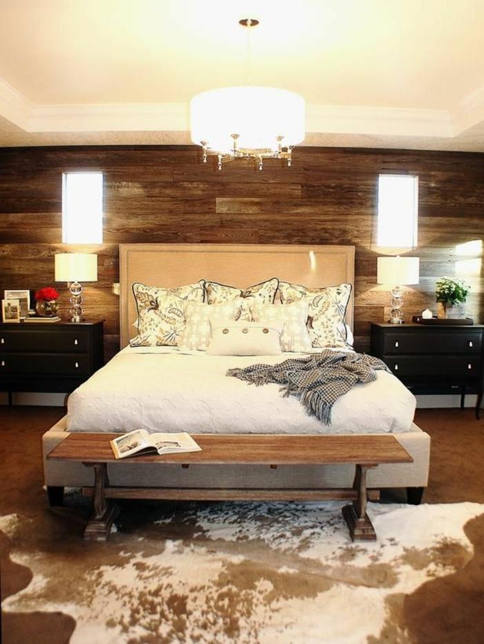 chambre-a-coucher-avec-un-tapis-en-peau-parquet-foncé-lustre-mur-en-bois